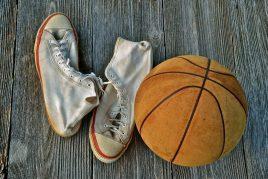 Schuhe mit Basketball