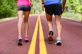 Zwei Läufer tragen Laufschuhe