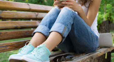 Mädchen trägt Sneaker